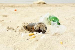 Müll am Strand hält ewig: Eine Plastikflasche zerfällt erst in 450 Jahren.