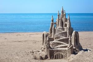 Darf ich an jedem Strand eine Sandburg bauen? In manchen Regionen gelten gewisse Einschränkungen.