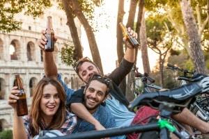 In der Türkei ist den Verhaltensregeln zufolge das Trinken von Alkohol in der Öffentlichkeit untersagt.