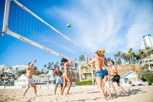 Volleyball am Strand: Das ist teilweise nur in bestimmten Bereichen erlaubt.