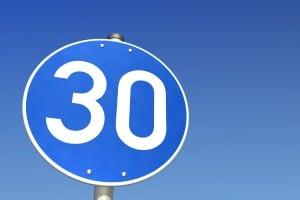 Zu langsam zu fahren, kann durch eine gebotene Mindestgeschwindigkeiten untersagt sein.