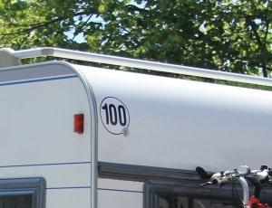 100 km/h: Ein amtlicher Aufkleber ist Pflicht.