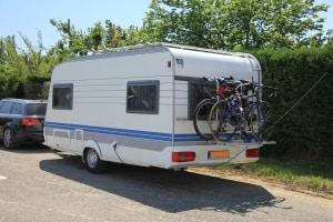 Tempo 100: Eine Zulassung für Wohnwagen und Anhänger unterliegt bestimmten Voraussetzungen.