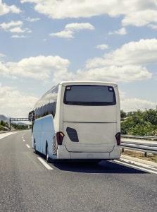 Bus oder Anhänger: Mit Tempo-100-Zulassung auf der Landstraße unterwegs.