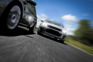Nutzen Drängler die Lichthupe auf der Autobahn, kann eine Strafe drohen.