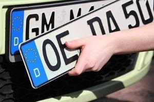 Bei einem Umzug das Auto ummelden und das Kennzeichen behalten: Geht das?