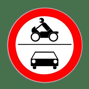 Das Verkehrszeichen, das ein Motorrad und ein Auto zeigt, verbietet die Durchfahrt für Kraftfahrzeuge.