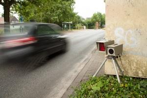 Bei z. B. 12 oder 13 km/h zu schnell innerorts müssen Pkw-Fahrer mit 25 Euro Bußgeld rechnen.