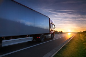 23 oder 24 km/h zu schnell außerorts oder innerorts in der 30er Zone: Lkw-Fahrer müssen ein höheres Bußgeld zahlen.