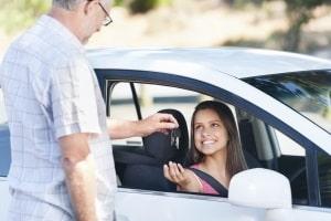 Findet der Kfz-Halterwechsel innerhalb der Familie statt, lohnt es sich unter Umständen, die alte Versicherung zu behalten.