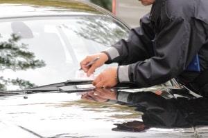 Für das Parken in einer Kurve kann ein Bußgeld oder Verwarngeld von 15 bis 60 Euro anfallen.