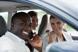 Wer innerhalb der Viermonatsfrist das Fahrverbot nicht auf seinen Urlaub legen kann, könnte sich einer Fahrgemeinschaft anschließen.