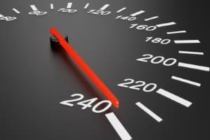 63, 64, 65 km/h zu schnell auf der Autobahn: Pkw-Fahrer zahlen 440 Euro Bußgeld, handeln sich zwei Punkte und ein Fahrverbot ein.