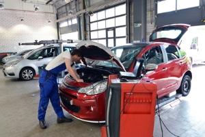 Bei einem Auto mit Motorschaden ist eine Reparatur häufig kostenintensiv.