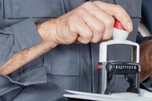 Gebrauchtwagen ohne Scheckheft: Wer das Serviceheft immer abstempeln lässt, kann meist einen höheren Wert erzielen.