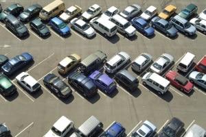 Dauerparken auf öffentlichem, unbeschränktem Parkplatz: Gestattet ist dies nur, wenn das Abstellen gemeingebräuchlich ist.