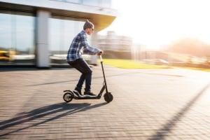 Sie können den E-Scooter auch ohne Führerschein fahren, aber nur, wenn Sie alt genug sind.