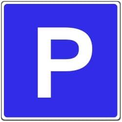 """Kurzzeitparkplatz: Das Schild """"Parkplatz"""" wird hier noch durch ein Zusatzschild ergänzt."""
