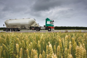Ein LKW-Fahrverbot kann in Schweden für Sondertransporte gelten.