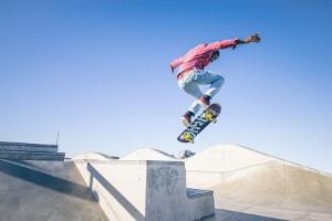 Klar ist: Wer mit seinem Skateboard nicht nur fahren, sondern auch Stunts üben will, hat im Straßenverkehr nichts zu suchen.
