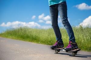 Wer üben will, mit dem Skateboard Kurven zu fahren, sollte das auf entsprechenden Sportflächen tun.