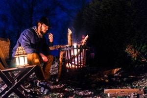 Ein Lagerfeuer ist im Wald in Deutschland meist nicht erlaubt.