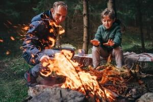 Ein offenes Feuer ist im Wald in Regel nur an gekennzeichneten Feuerstellen zulässig.