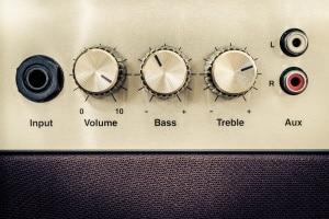 Lärmbelästigung durch Nachbarn: Ist die Musik zu laut, kann das Bußgelder bedeuten.