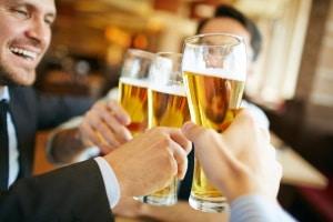 0,5 Promille: Erst ab 21 Jahren gilt diese Promillegrenze. Darunter gilt ein striktes Alkoholverbot.