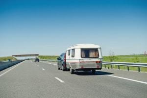Auch für Fahrzeuge mit einem Anhänger ist die Geschwindigkeit in Europa in der Regel reduziert.