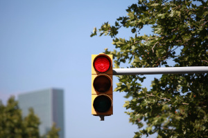 Aus Versehen über Rot gefahren? Ein Rotlichtverstoß hat klare Konsequenzen.