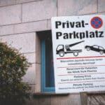 Ein Privatparkplatz ist meist durch ein Schild gekennzeichnet.