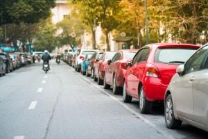 Ein Rangierabstand kann beim Parken wichtig sein, um schadlos aus der Parklücke herauszukommen.