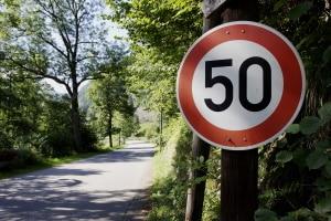 Ein Tempolimit ist in Europa auf fast allen Straßen vorgegeben.
