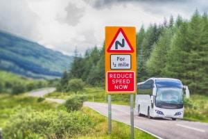 In Großbritannien, also auch in England, ist die Geschwindigkeit gesetzlich festgelegt.