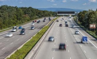 Auf der Autobahn gilt in Finnland ein Tempolimit von 120 km/h.
