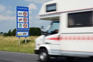 Es gilt ein allgemeines Tempolimit in Dänemark - für Autobahn, Landstraße und innerorts.