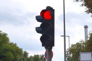 Bei Rot geblitzt zu werden, kann verschiedene Folgen haben.