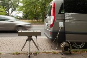 Mobile Blitzer überwachen auch sonntags die Einhaltung der Höchstgeschwindigkeit.