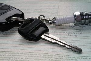 Wo steht die Fahrzeugbriefnummer? In der Zulassungsbescheinigung Teil II finden Sie diese zwischen den beiden Tabellen.