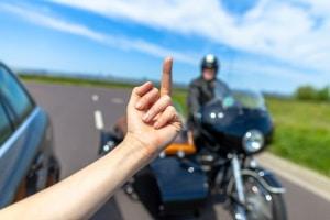 Anzeige: Wegen einem Mittelfinger im Straßenverkehr können Betroffene eine Beleidigung geltend machen.