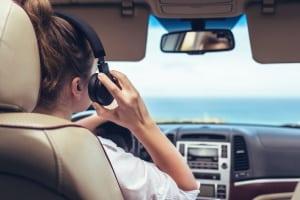 Mit Kopfhörern kann das Autofahren einige Gefahren bergen.