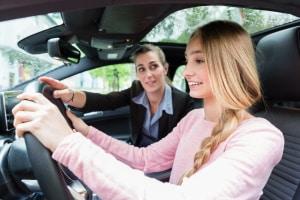 Wo kann man Autofahren üben, ohne einen Führerschein zu  besitzen? Die Möglichkeiten sind begrenzt.