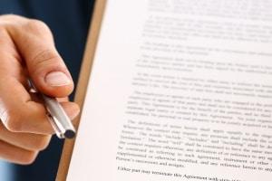 Bei der Zulassungsstelle können Sie die nötigen Ersatzdokumente beantragen, wenn die Papiere vom Auto verloren gegangen sind.