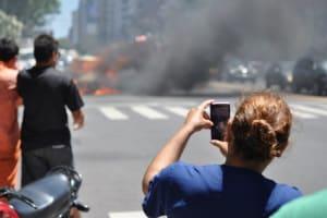 Verkehrsrecht 2021: Gaffer werden ab Januar auch für das Fotografieren und Filmen von Toten bestraft.