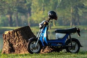 Moped fahren: Das Alter, ab dem dies zulässig ist, bestimmen die Bundesländer.