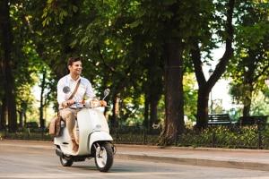 Es ist verboten, dass Sie ohne einen Helm mit dem Roller fahren.