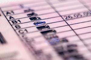 Es müssen bestimmte Voraussetzungen für den B196-Führerschein erfüllt werden, u. a. ein Mindestalter von 25 Jahren.