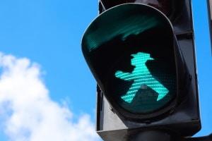 Ampel mit Anforderungskontakt: Ohne Drücken schaltet diese nicht auf Grün. Überqueren Sie dann die Straße, ist das ein Rotlichtverstoß.