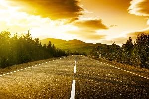 Tempolimit in der Schweiz: Auf der Landstraße ist die Geschwindigkeit ebenso beschränkt wie innerorts oder auf der Autobahn.